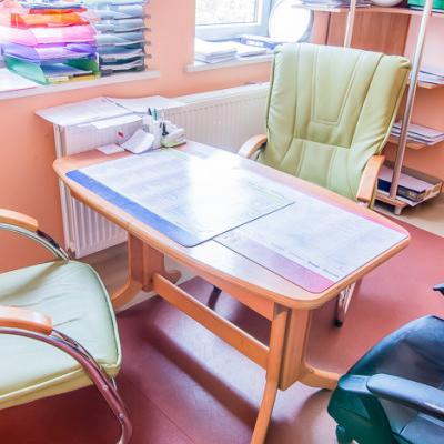 Gabinet z pastelowymi ścianami